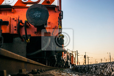 Szczegół czerwonej lokomotywy elektrycznej z portugalskim pociągów towarowych