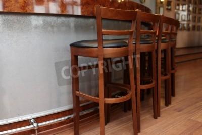 Szczegóły drewnianych Stołki barowe w restauracji