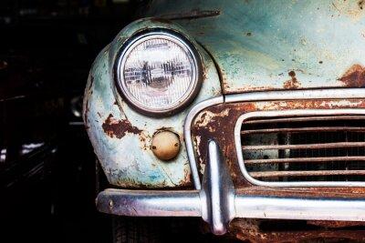 Obraz Szczegóły na przednim reflektorem stary samochód w garażu