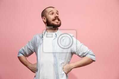 Obraz Szczęśliwa biznesowego mężczyzna pozycja i ono uśmiecha się przeciw pastelowemu tłu.