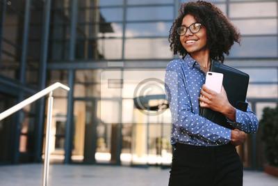 Obraz Szczęśliwa biznesowej kobiety pozycja na zewnątrz budynku biurowego