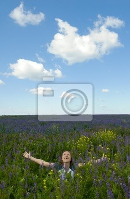 szczęśliwa dziewczyna w polu kwitnące