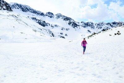 Obraz Szczęśliwa kobieta pracuje w górach na zimowy słoneczny dzień