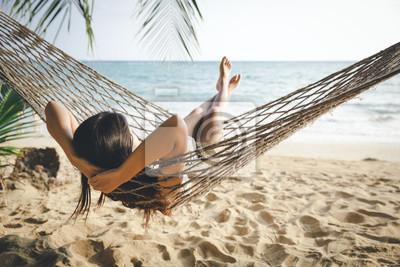 Obraz Szczęśliwa kobieta relaksuje w hamaku