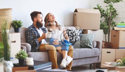 Obraz szczęśliwa młoda para małżeńska przenosi się do nowego mieszkania