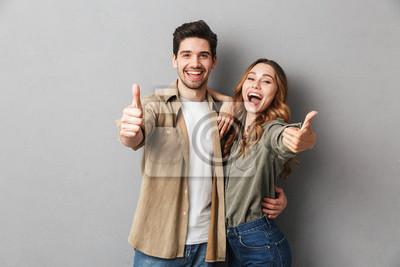Obraz Szczęśliwa młoda para pokazuje aprobaty