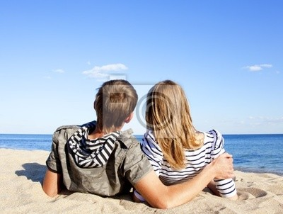 szczęśliwa para mężczyzna i kobieta na wybrzeżu za błękitne morze