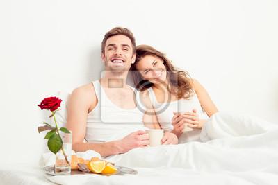 Obraz Szczęśliwa para zakochanych o romantyczny śniadanie w sypialni