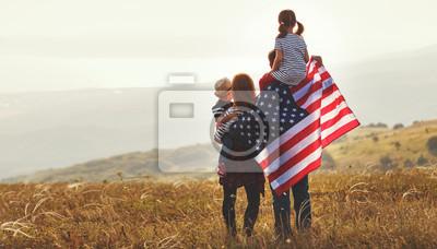 Obraz szczęśliwa rodzina z flagą USA USA o zachodzie słońca na zewnątrz