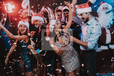 Obraz Szczęśliwi młodzi ludzie Tanczy na przyjęcie sylwestrowe.