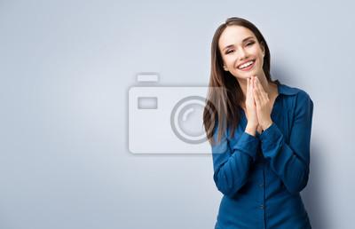 Obraz szczęśliwy gestem uśmiechnięta młoda kobieta, z copyspace