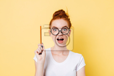 Obraz Szczęśliwy imbir kobieta w okularach o pomysł
