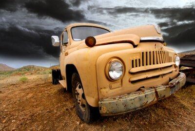 Obraz Szeroki kąt strzału starym tamtejsze ciężarówki