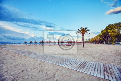 Szeroki kąta widok pusta plaża przy wschodem słońca, barwi stonowanego obrazek, Mallorca, Hiszpania.