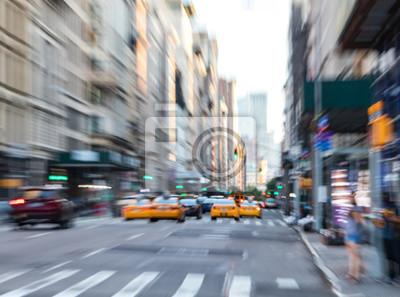 Szybcy poruszający taxi na fifth avenue w Manhattan Miasto Nowy Jork zamazywali tło