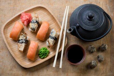 Obraz Taca bambusowa z zestawem sushi i tetsubin czajniczek, powyżej widoku