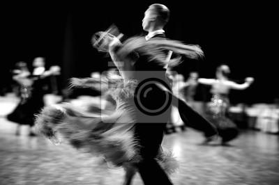 Obraz tańca towarzyskiego para tancerzy walc niewyraźne ruch czarno-biały