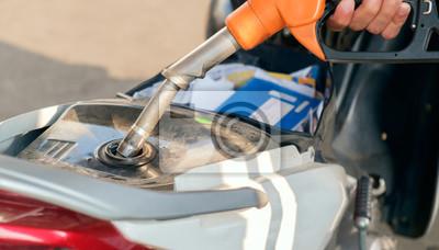 Tankowanie / widok motocykla tankowania na stacji benzynowej.