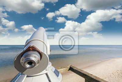 Teleskop na plaży wskazał na piękne niebo.