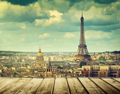 Obraz tło z drewnianym stole pokładu i Wieży Eiffla w Paryżu