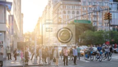 Tłoczy się ludzie krzyżuje Broadway blisko Union Square parka w Manhattan Miasto Nowy Jork z zamazanym światła słonecznego tłem
