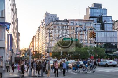 Tłumy ludzie krzyżuje Broadway blisko zjednoczenie kwadrata parka w Manhattan Miasto Nowy Jork NYC