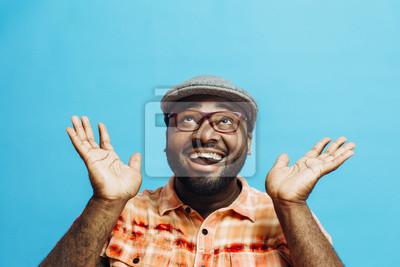 Obraz To niesamowite! Portret szczęśliwy i podekscytowany mężczyzna patrząc z usta otwarte i obie ręce w górę