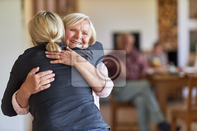 Obraz Tochter besucht glückliche Mutter im Altenheim
