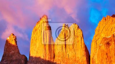 Torres Del Paine przy różowym wschodem słońca, Patagonia, Chile.