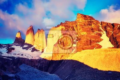 Torres del Paine sławne rockowe formacje przy różowym wschodem słońca, barwi stonowanego obrazek, Patagonia, Chile.