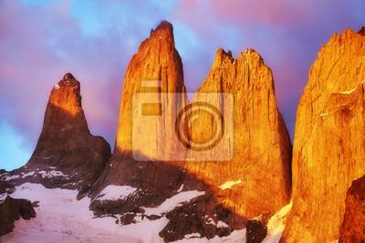 Torres del Paine sławne rockowe formacje przy różowym wschodem słońca, Patagonia, Chile.