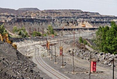 Tory kolejowe do transportu rudy żelaza. Duży odkrywkowa kopalnia rudy żelaza