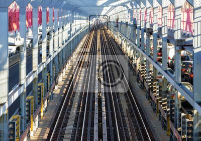 Tory metra Across the Williamsburg Bridge w Nowym Jorku
