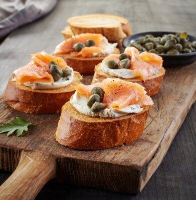 Obraz tosty z chleba z twarogiem i łososiem