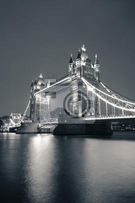 Tower Bridge w nocy w czerni i bieli