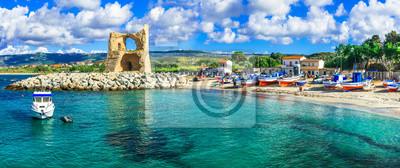 Tradycyjna wioska rybacka Briatico w Kalabrii z turkusowym morzem i wieżą starego saracen. Włochy
