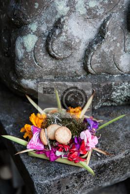 Tradycyjne balijskie ofiara dla bogów z kwiatami