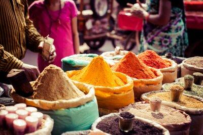 Obraz Tradycyjne przyprawy, suszone owoce na bazarze w Indiach.