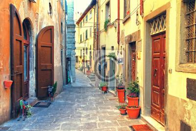 Tradycyjne Włochy - stare wąskie uliczki średniowiecznego miasta Siena w Toskanii