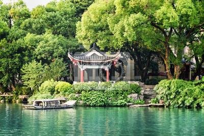 Obraz Tradycyjni chińskie pawilon jeziorem wśród drzew, Guilin