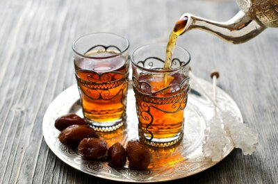 Obraz Tradycyjny arabski herbata z datami i cukru na talerzu