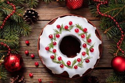 Obraz Tradycyjny domowy placek święto deser z żurawiną w nowej ozdoby choinkowe ramki na tle zabytkowych drewnianych tabeli. w stylu rustykalnym