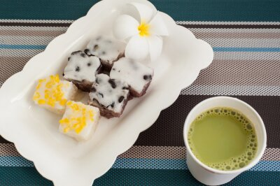 Tradycyjny tajski deser z gorącego mleka z zielonej herbaty na talerzu