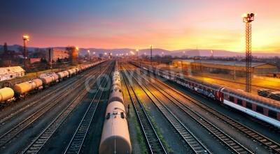 Obraz Transport freigt stacji kolejowej pociągu o zmierzchu