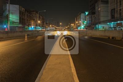 Transport / Puste drogi. Widok systemu transportu na drogach w nocy. Ruch.