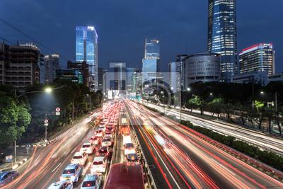 Trasy ruchu drogowego w sercu dzielnicy biznesowej Dżakarty w stolicy Indonezji.