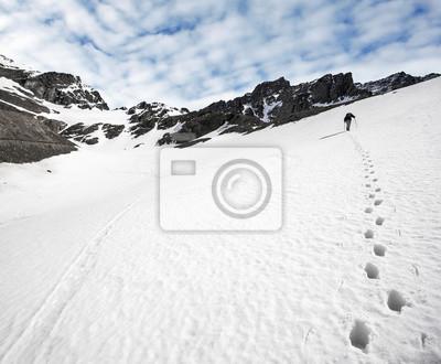 Trekker i ślady na śniegu.