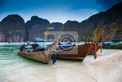 Tropikalna plaża, łodzie longtail, Andaman Sea, Tajlandia