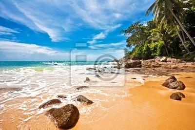 Tropikalna plaża w błękitne niebo. Tajlandia