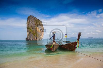 Tropikalna plaży, tradycyjne długi ogon łodzi